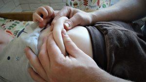 Masaż powłok brzusznych niemowlęcia